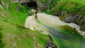 在斯穆洞的飞行在苏格兰的高地在德内斯附近的 影视素材