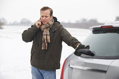 在斯诺伊风景划分的驾驶人 免版税库存照片