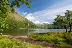 在斯诺登山山的neath的下Snowdonia湖 免版税库存图片