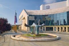 在斯洛伐克国家戏院前面的喷泉在布拉索夫 免版税库存照片