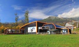 在斯洛伐克的现代橙色空中览绳 免版税库存照片
