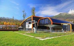 在斯洛伐克的现代橙色空中览绳 库存照片