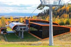 在斯洛伐克的现代橙色空中览绳 免版税库存图片