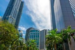 在新加坡之间摩天大楼的绿色交叉路  库存照片