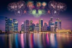 在新加坡摩天大楼地平线和看法的烟花马林的 图库摄影