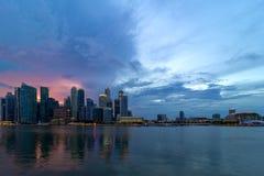 在新加坡现代地平线的日落 免版税库存照片