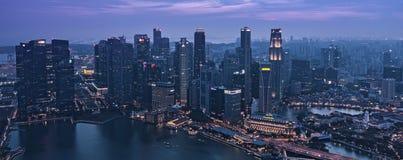 在新加坡街市CBD小游艇船坞海湾摩天大楼的微明-唤醒夜 免版税库存图片