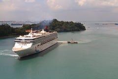 在新加坡附近的巡航划线员 免版税图库摄影