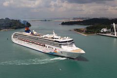 在新加坡附近的巡航划线员 免版税库存照片