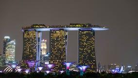 在新加坡,在晚上,大厦或高层建筑物一起加入开火提高城市的秀丽 库存图片