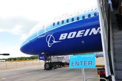 在新加坡Airshow输入在波音787 Dreamliner旁边的梦想游览标志2012年 免版税库存图片