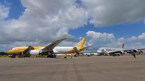 在新加坡Airshow Scoot波音787 Dreamliner和卡塔尔航空在显示的空中客车A350-900 库存照片