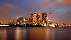 在新加坡Supertree树丛的市,日落视图,云彩森林&花圆顶的夜在滨海湾公园 免版税库存图片