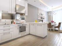 在新古典主义的样式的厨房吃饭的客人 免版税库存照片