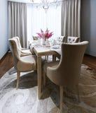 在新古典主义的样式的厨房吃饭的客人 库存照片