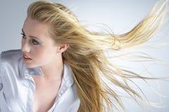 在新吹的头发的妇女之后 免版税图库摄影