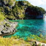在新喀里多尼亚前面峭壁的惊人的绿松石水  免版税库存照片