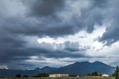 在新墨西哥山和可爱的邻里的恼怒的天空 库存图片