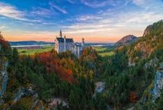 在新天鹅堡城堡秋天晚上,巴伐利亚,德国的惊人的看法 库存照片
