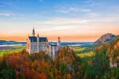 在新天鹅堡城堡秋天晚上,巴伐利亚,德国的惊人的看法 图库摄影