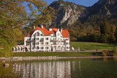 在新天鹅堡城堡附近的湖 免版税库存图片