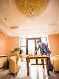 在新娘和新郎之间的棋争斗 图库摄影