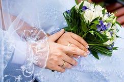 在新娘和新郎手的美丽的婚礼花束 库存图片