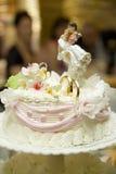 在新娘和新郎的婚宴喜饼小雕象的装饰在蛋糕 免版税库存图片