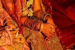 在新娘手上的无刺指甲花 库存照片