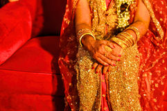 在新娘手上的无刺指甲花 免版税库存照片