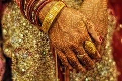 在新娘手上的无刺指甲花 免版税库存图片