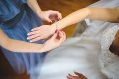 在新娘的手上的水晶镯子 免版税库存图片