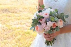 在新娘的手的婚礼花束 免版税图库摄影