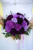 在新娘的现有量的婚礼花束 图库摄影