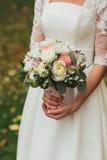 在新娘的现有量的婚礼花束 免版税库存图片