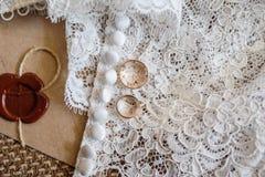 在新娘的礼服的两只金戒指 库存照片