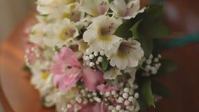 在新娘的花束的背景的婚戒 影视素材