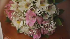 在新娘的花束的背景的婚戒 股票视频