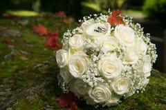在新娘花束的婚戒 免版税库存照片