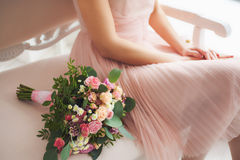 在新娘附近的美好的花卉构成 免版税图库摄影