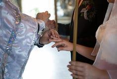 在新娘` s手指的婚戒 免版税库存照片