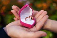 在新婚佳偶的手上的婚戒 免版税库存图片