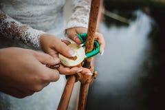 在新婚佳偶的现有量的锁定 免版税库存照片