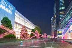 在新宿东京,日本的火车站的圣诞节装饰 免版税库存照片