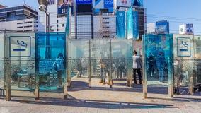 在新宿站前面的吸烟区在日本 图库摄影