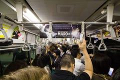 在新宿站的一列普通车里面,东京,日本, 25-09-2014 免版税库存图片
