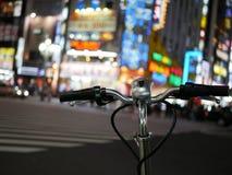 在新宿,东京的夜自行车 图库摄影