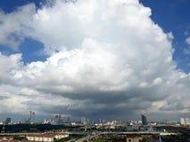在新山` s都市风景的重的阴云密布 库存图片