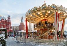 在新年假日期间,在Manezhnaya广场的转盘 库存照片