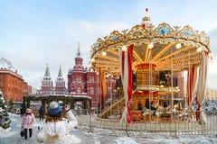 在新年假日期间,游人在Manege广场拍摄一个转盘 免版税图库摄影